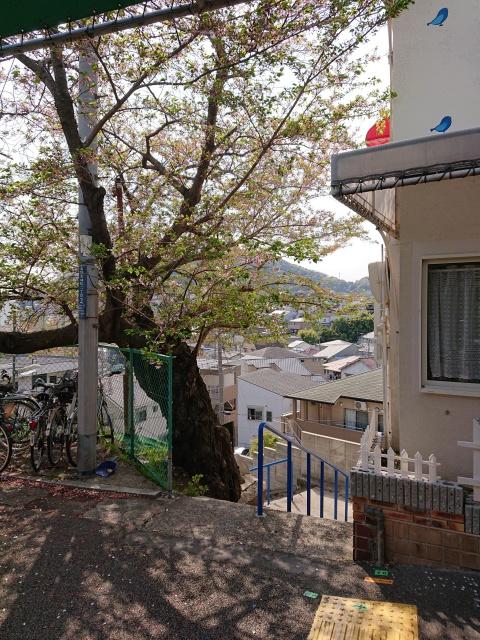 神鉄長田駅の改札を出た場所の画像。