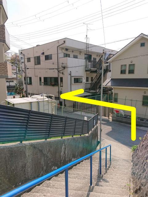 神鉄長田駅の改札目の前にある階段を下りた場所の画像。