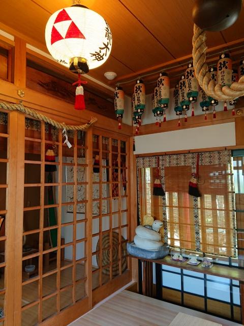 椋白龍神社は座敷内に祀られています。